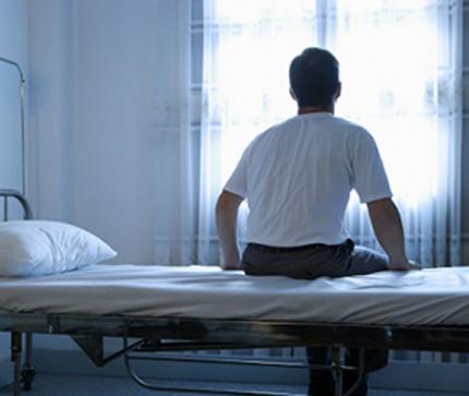 мужчина на больничной кровати